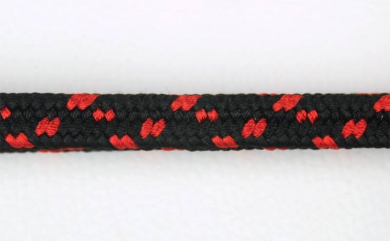 Negro puntos rojos