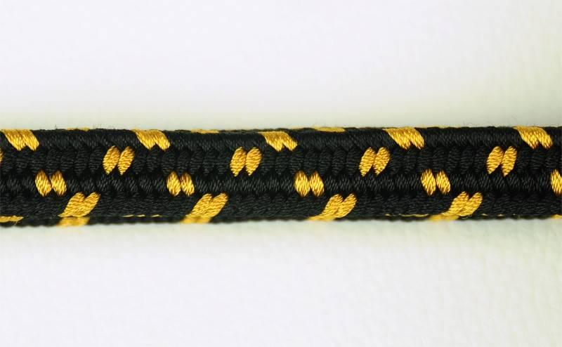 Negro puntos dorados